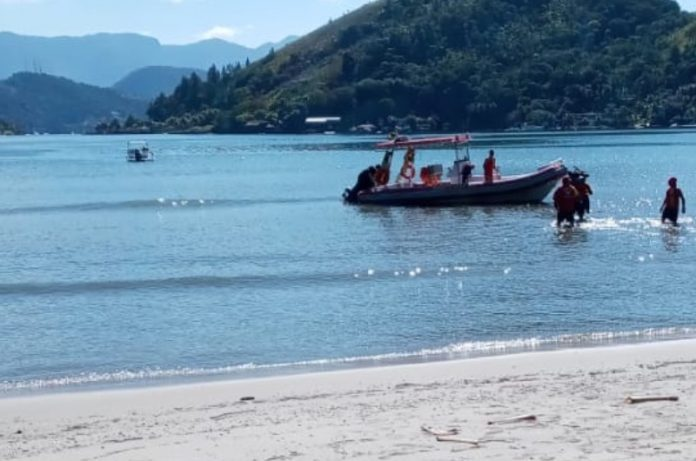 Lancha naufraga com sete pessoas em Angra