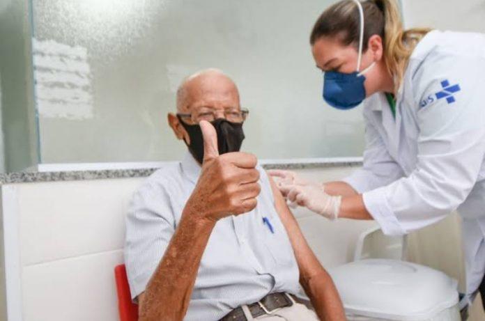 Idosos com mais de 70 anos começam a tomar a terceira dose da vacina contra a Covid em Angra dos Reis