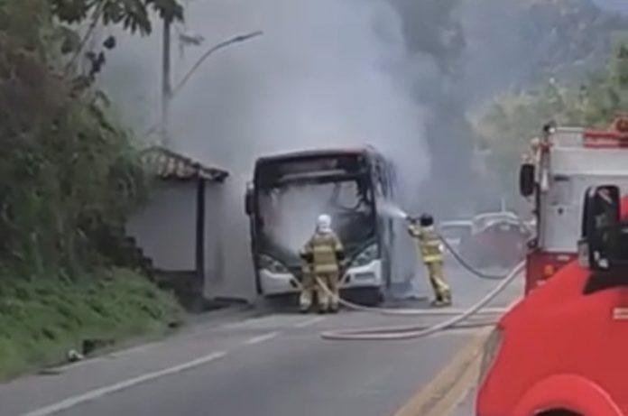 ônibus pega fogo em Angra